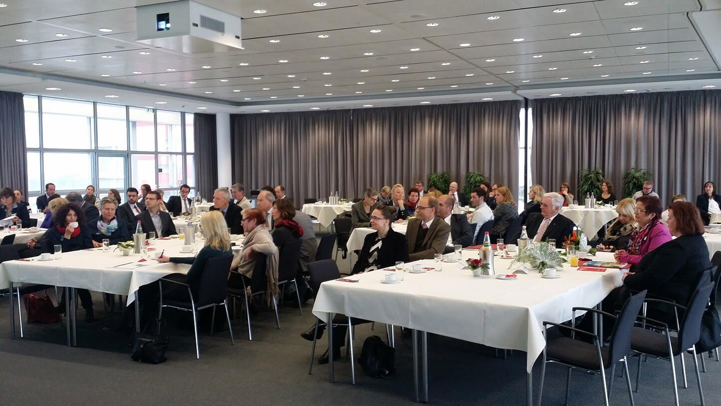 Über 60 Inhaber, Geschäftsführer und Personalverantwortliche folgten der Einladung zum 3. Unternehmensfrühstück hoch oben in der 9. Etage der Sparkasse Essen. Foto: Lars Riedel